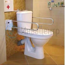 Унитаз специализированный для инвалидов в санитарной комнате