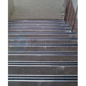Пример установки накладки на ступени угловой с двойным профилем