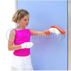 Пример использования двери с локтевой ручкой Ulna ребенком с травмированными кистями рук